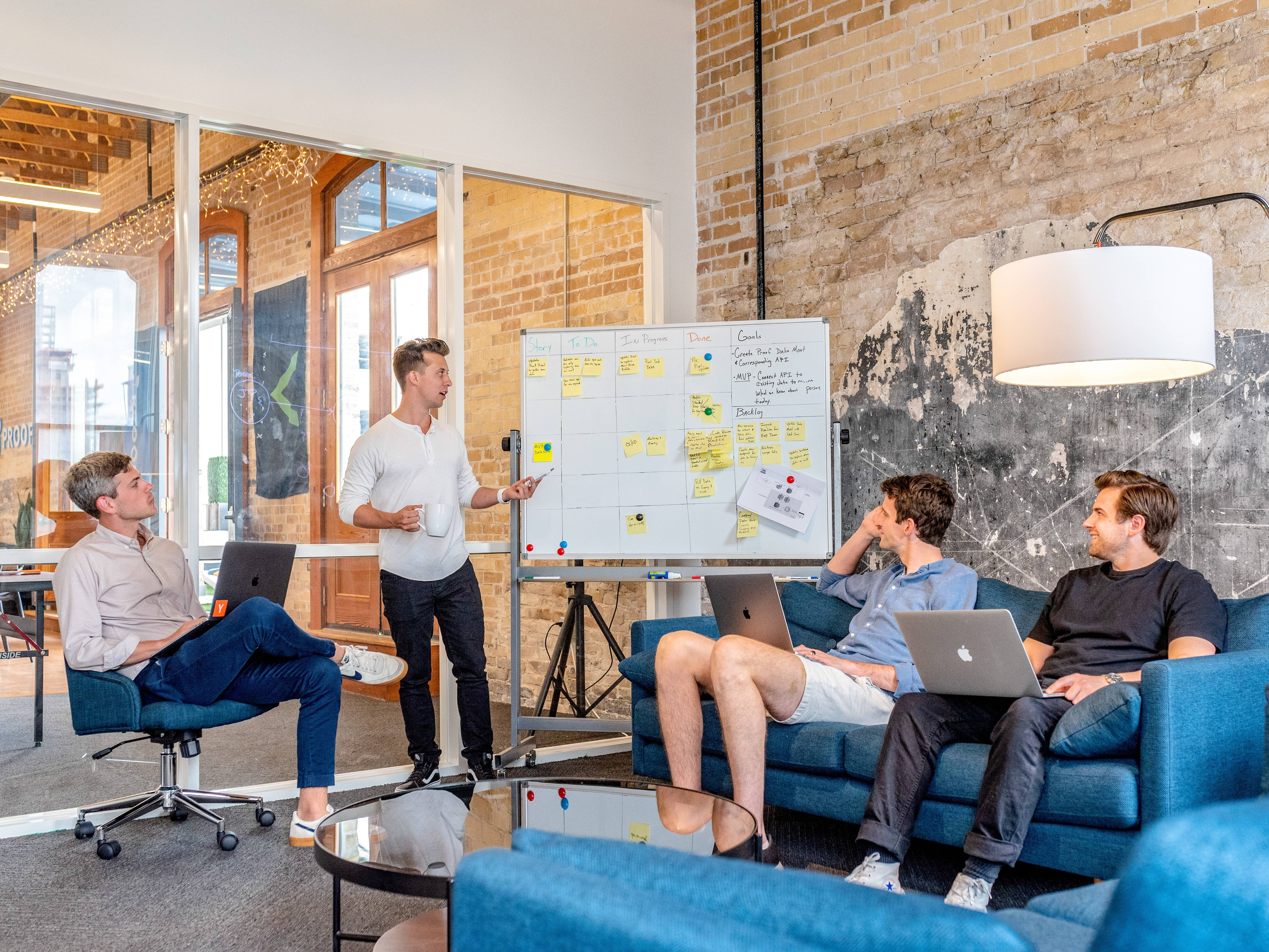 sales und marketing team meeting