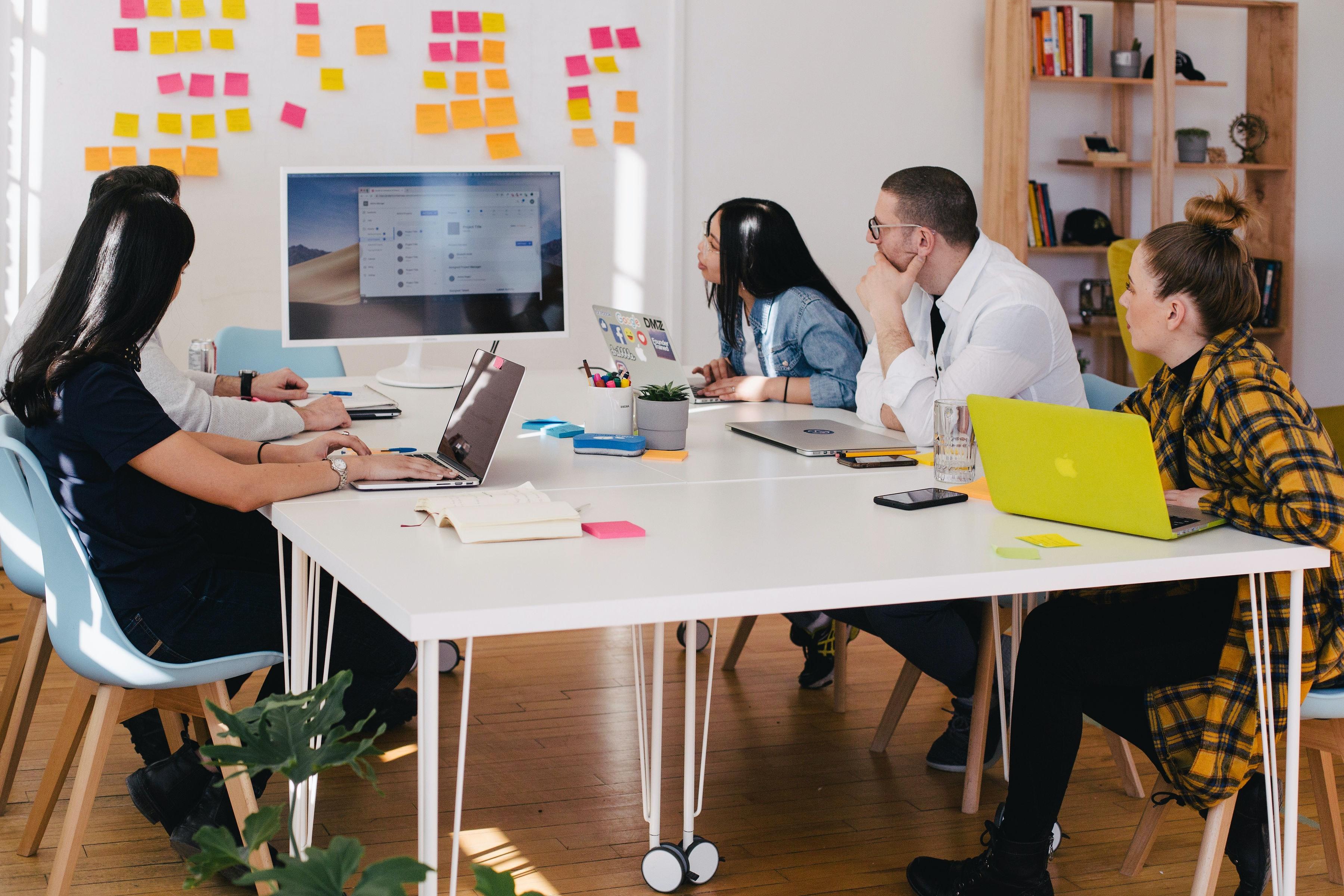 sales und marketing team motiviert im meeting